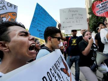 Miles de manifestantes protestan contra la decisión de Trump de derogar el DACA