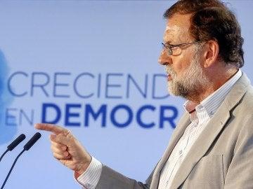 El presidente del Gobierno y del PP, Mariano Rajoy, durante su intervención en clausura de la reunión interparlamentaria del PP