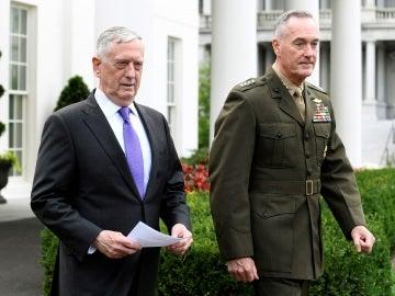 El Secretario de Defensa James Mattis junto al presidente del Estado Mayor Conjunto de los Estados Unidos, Joseph Dunford