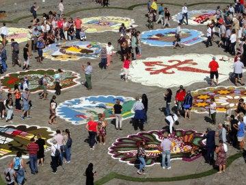 La plaza de Obradoiro se ha llenado de mosaicos florales