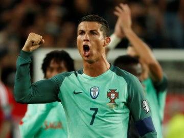 Cristiano Ronaldo celebra la victoria de la selección de Portugal