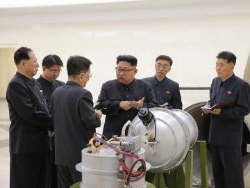 Kim Jong-un junto a una bomba de hidrógeno