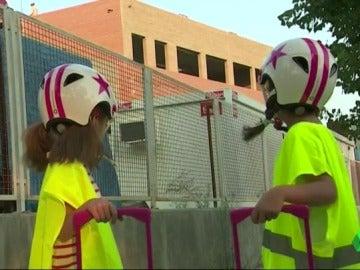 Dos niños asistiendo a su colegio en obras con casco y chaleco