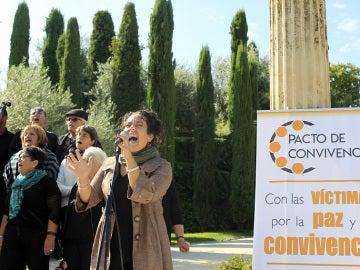 """La cantante Noemí García y su coro interpretan la canción """"Despertar"""" durante el homenaje a las víctimas de los atentados de Barcelona y Cambrils"""