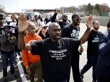 Varias personas participan en una marcha contra la brutalidad de la Policía en el país