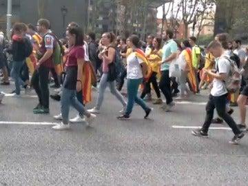 Los estudiantes cortan la Diagonal de Barcelona para unirse a más universitarios y continuar la manifestación juntos