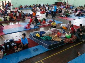 Residentes permanecen en un refugio después de evacuar una de las zonas peligrosa