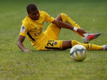 Mbappé se duele del tobillo en una acción del Montpellier - PSG