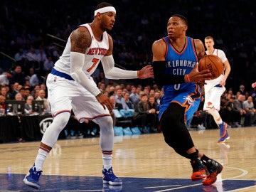 Carmelo Anthony intenta defender a Russell Westbrook, su nuevo compañero
