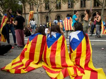 Imagen de los estudiantes que cortaron la Gran Vía de Barcelona en la plaza de la Universidad y ocuparon el edificio histórico de la Universitat de Barcelona.