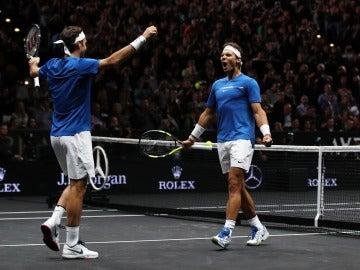 Rafa Nadal y Roger Federer celebran su triunfo en la Laver Cup