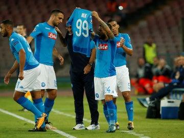 Los jugadores del Nápoles celebran uno de sus goles ante el Feyenoord con la camiseta de Milik