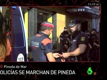 Intercambio de escudos entre un policía y un mosso