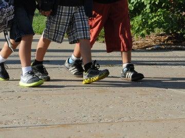 Imagen de varios niños caminando
