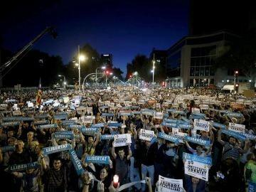 Multitudinaria concentración en Barcelona en apoyo a los líderes de ANC y Òmnium
