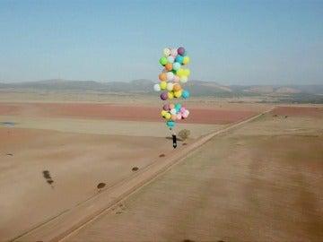 Un hombre sobrevuela Johannesburgo impulsado por 100 globos de helio
