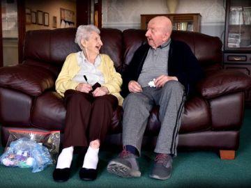 Ada Keating junto a su hijo Tom en la residencia de ancianos