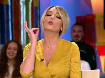 Anna Simon poniéndose perfume