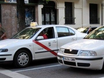 Dos taxis por las calles de Madrid