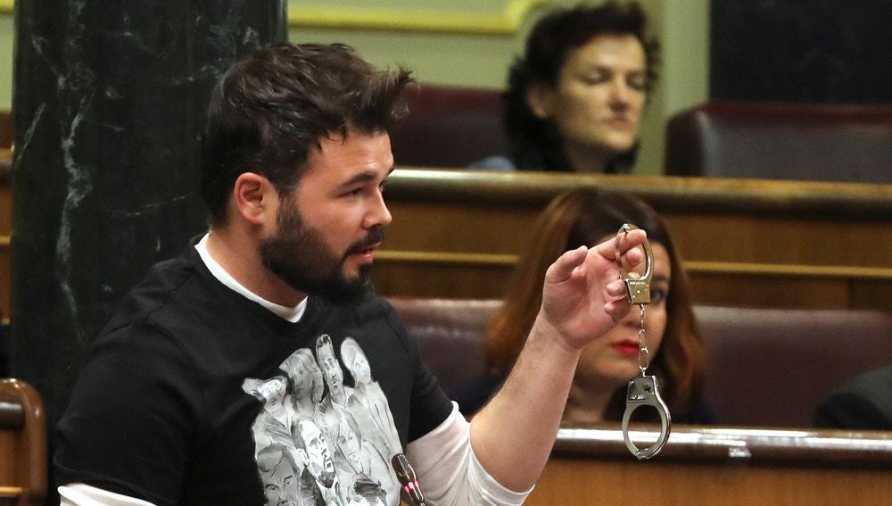 El diputado de ERC Gabriel Rufián, muestra unas esposas