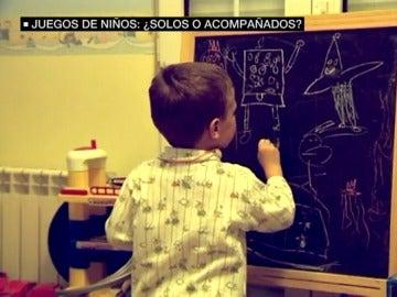 Un niño pintando en una pizarra