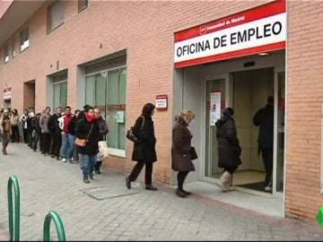 Varios ciudadanos hacen cola en una oficina de empleo