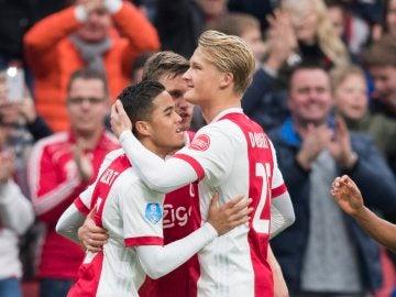 Kluivert celebra un gol con Dolberg