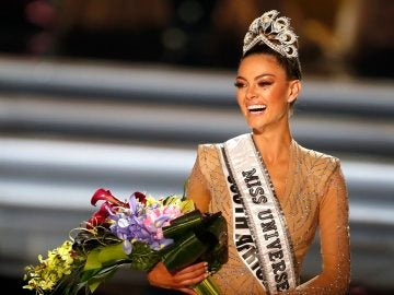 Demi-Leigh Nel-Peters, candidata de Sudáfrica, fue registrada este domingo al ser coronada como la nueva Miss Universo