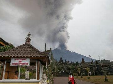 Vista del volcán Mount Agung arrojando cenizas volcánicas calientes