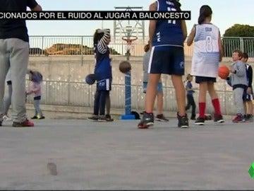 Varios niños juegan al baloncesto