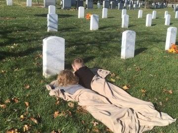 Los hermanos Mason y Mylan, junto a la tumba de su padre fallecido