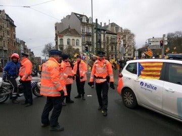 La Policía belga cazada con esteladas en sus coches patrulla