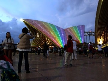 La Sydney Opera House iluminada con los colores de la bandera gay