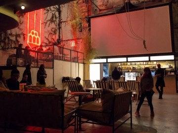 'Cine Equis', el espacio de ocio renacido del último cine X de Madrid