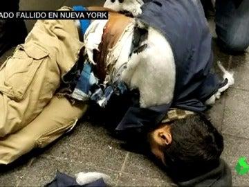 Un hombre detona el cinturón de explosivos que lleva adherido a su cuerpo