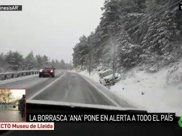 Las consecuencias de la ciclogénesis explosiva 'Ana': laSexta graba cómo un coche se estampa contra la nieve en Navacerrada