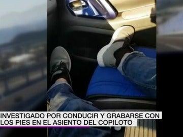 Un joven se graba sin usar los pedales del vehículo para conducir