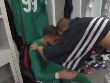 Donnarumma es consolado por Bonucci en el vestuario del Milan
