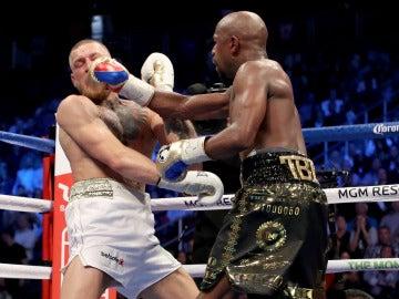 Mayweather golpea a McGregor durante su combate
