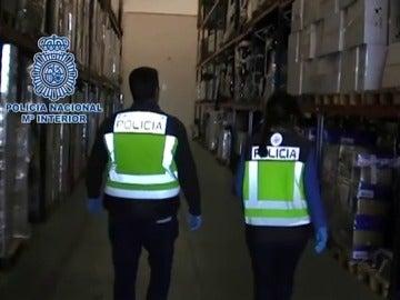 La Policía Nacional retira del mercado 20.000 botellas de champán francés falso y 8.000 juguetes