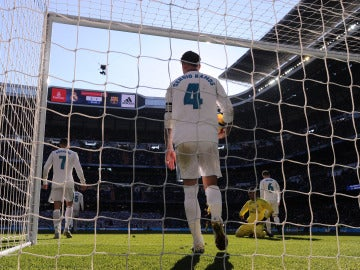 Sergio Ramos recoge un balón del fondo de la portería en El Clásico