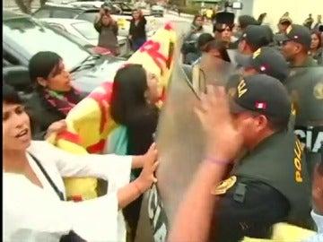 Protesta de mujeres ante el hospital en el que está ingresado Fujimori