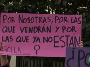 Una mujer con una pancarta contra la violencia machista