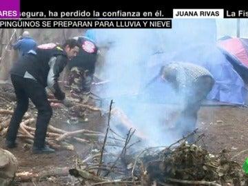 Los moteros preparan una hoguera para combatir el frío en Valladolid