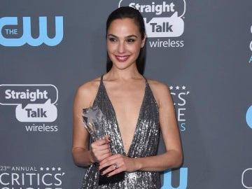Gal Gadot, la actriz que interpreta a Wonder Woman, con su premio de los Critics' Choice Awards