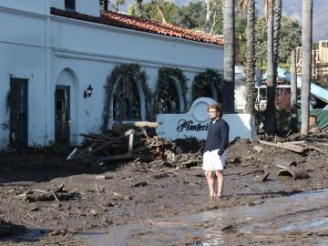 Un hombre observa los daños después de que fuertes lluvias causaron deslizamientos mortales en Montecito, California