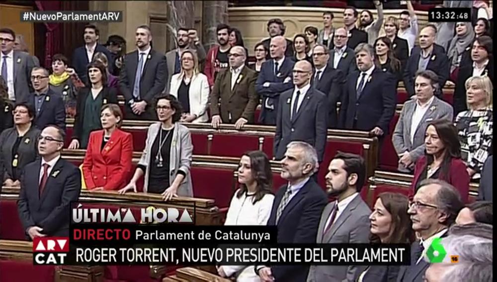 Diputados del Parlament cantan Els Segadors