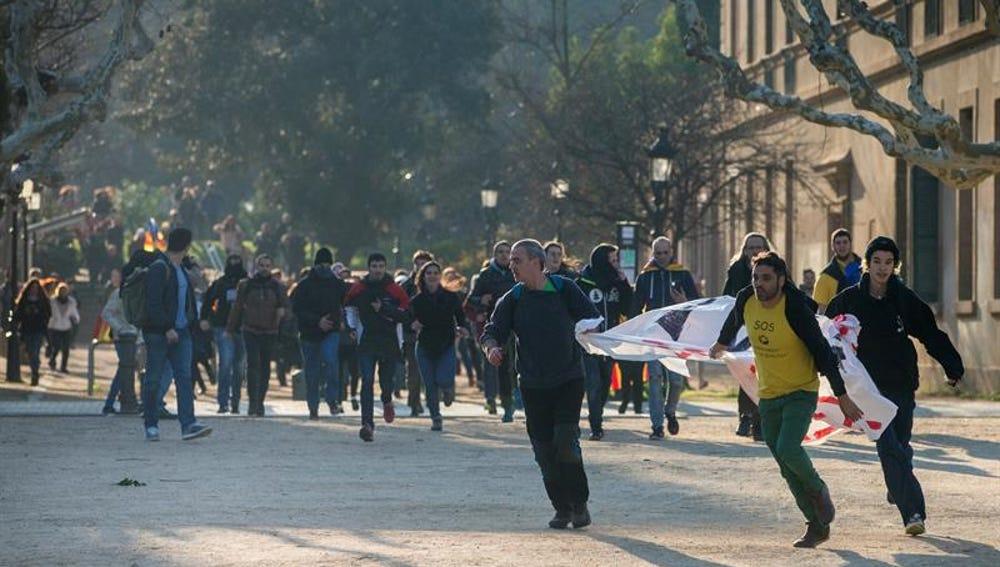 Manifestantes independentistas acceden al Parlament