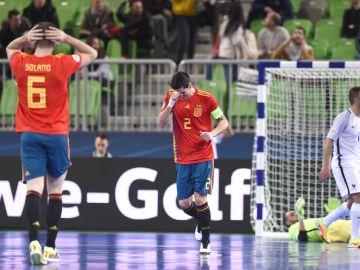 Los jugadores de la Selección lamentan uno de los goles encajados ante Francia