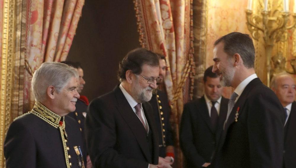 Felipe VI con Rajoy y Dastis